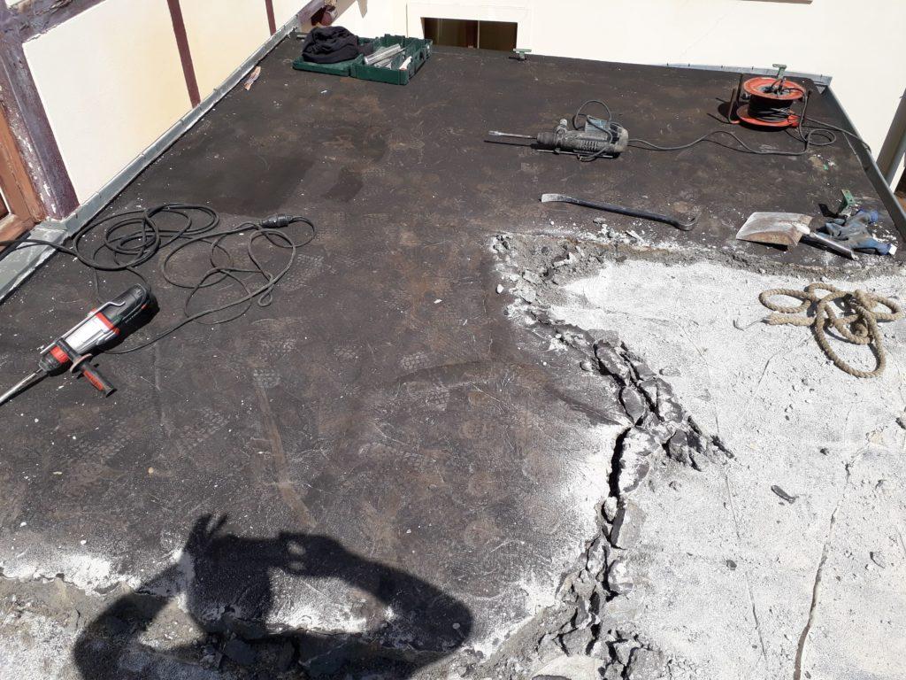 Sanierung einer undichten Betondachkonstruktion durch den Neuaufbau eines mit Zellulose-Einblasdämmung gedämmten Pultdaches und oben aufgelegter Thermo-Eschen Dachterrasse