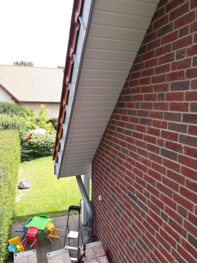 Neu-Verkleiden der Untersicht eines Dachüberstandes mit Profilholz