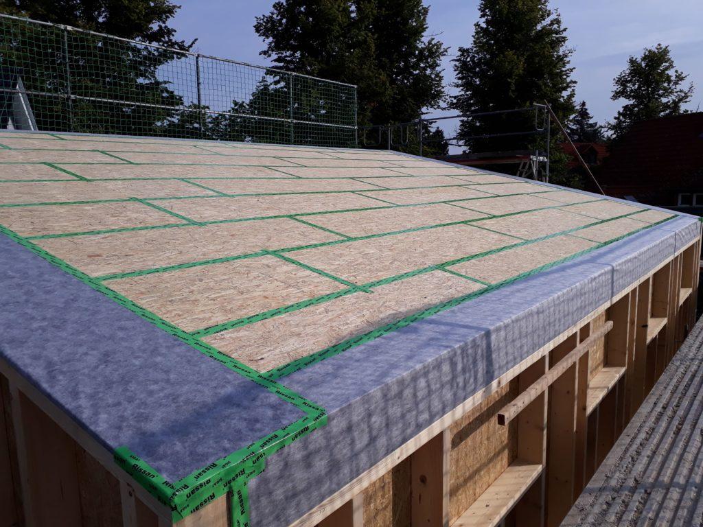 Holzrahmenbau-Aufstockung eines Büro- und Lagergebäudes  mit aufgeständertem Treppenpodest und einer waagerechten Rhombusleisten-Fassade in sibirischer Lärche