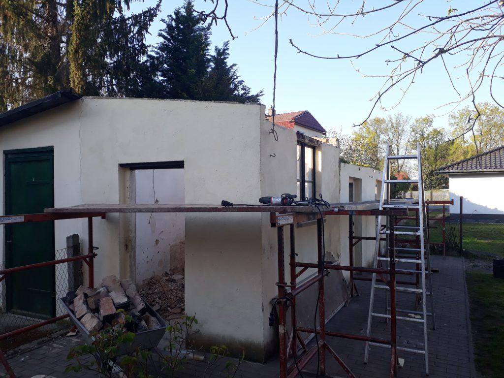 Neubau von Gartenhäusern in Holzrahmenbauweise mit Boden-Deckel-Holzfassade aus sibirischer Lärche