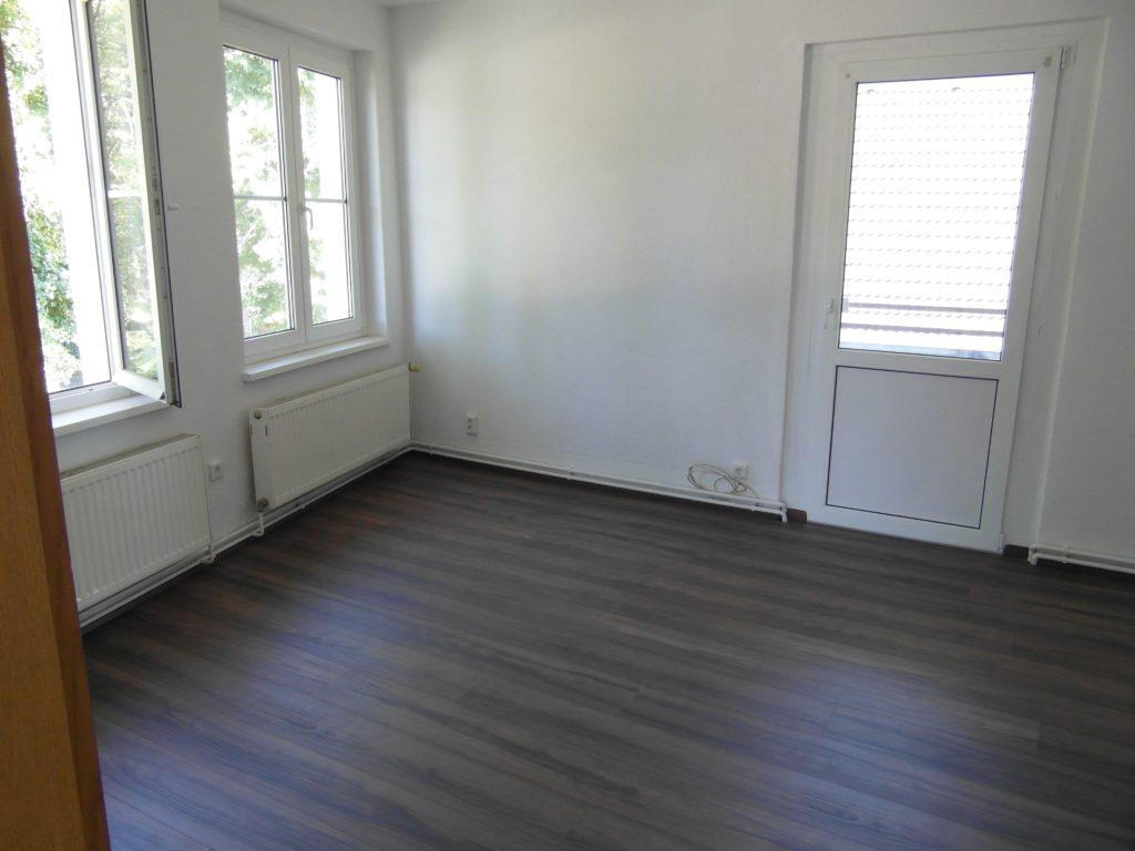 Verlegen eines PVC-freien Design-Fussbodens in einer Altbau-Wohnung