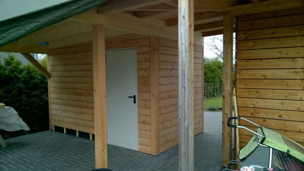 Carport mit Abstellraum in Holzrahmenbau und waagerechter Holzfassade in europäischer Lärche